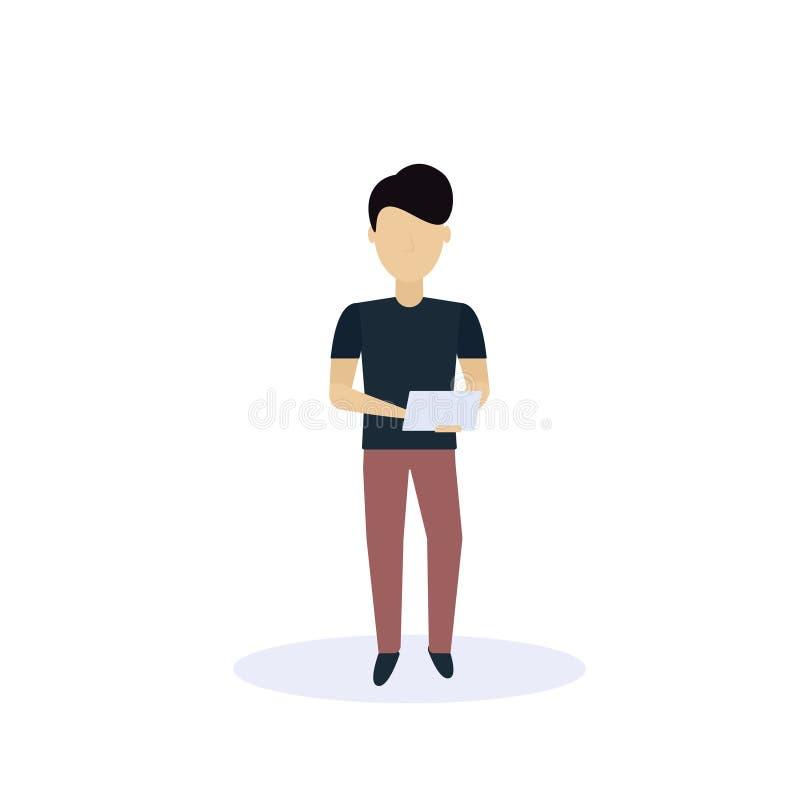 L'homme de brune employant la pose de position de comprimé a isolé l'appartement intégral de personnage de dessin animé masculin  illustration de vecteur