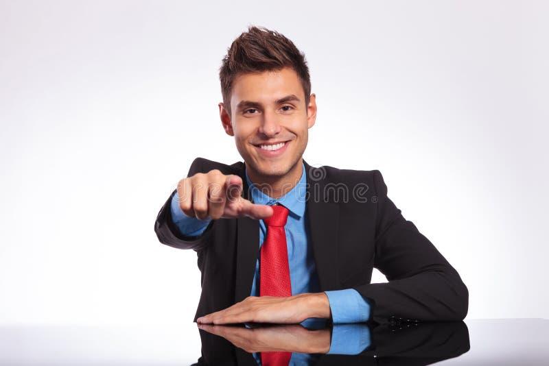 L'homme de bureau se dirige à vous image stock