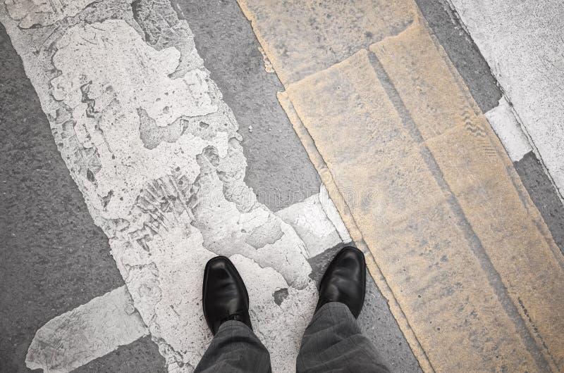 L'homme de citadin se tient sur le passage pour piétons photographie stock