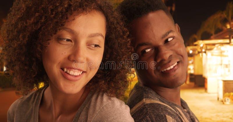 L'homme de couleur et la femme s'appuient sur l'un l'autre sur les rues image libre de droits