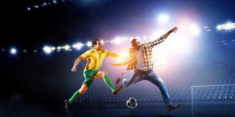L'homme de couleur joue son meilleur match de football images stock