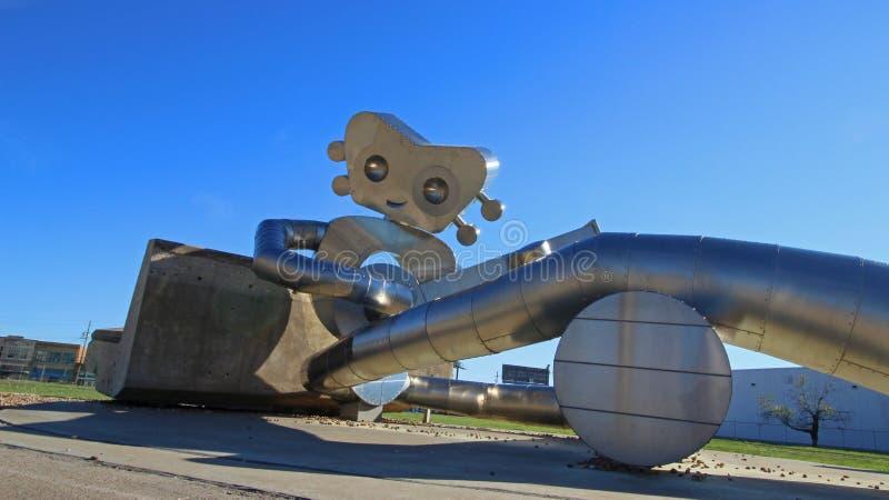 L'homme de déplacement fait partie des trois séries de sculpture en acier à la station de DARD de rue d'orme à Dallas photographie stock
