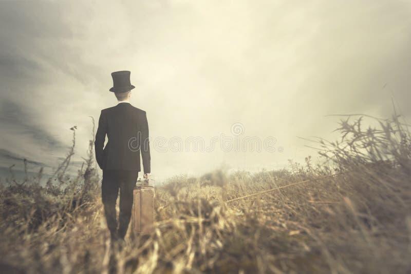 L'homme de déplacement marche solitaire en nature sauvage photographie stock libre de droits