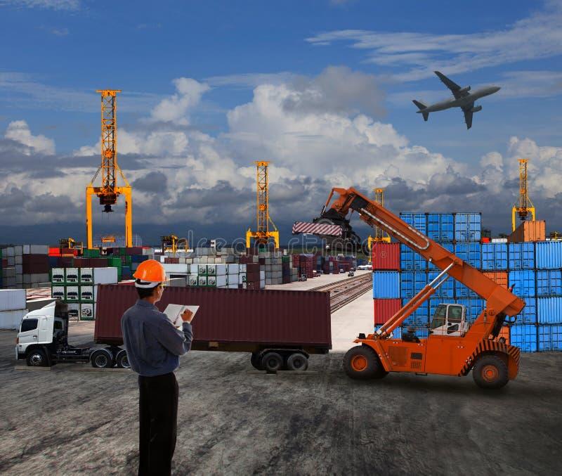 L'homme de dirigeant travaillant dans le transport terrestre logistique avec le récipient font photographie stock