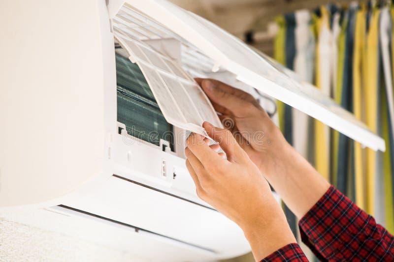 L'homme de service est entretien de climatiseur photographie stock