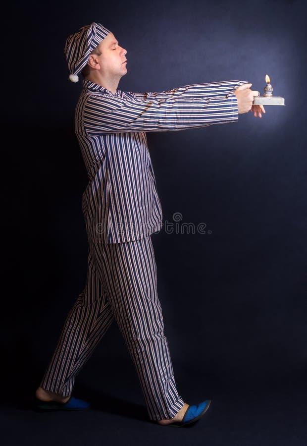 L'homme de sommeil marche dans des pyjamas images libres de droits