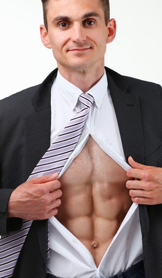 L'homme de sourire bel dans la déchirure de lien vêtx outre du torse montrant l'ABS photo libre de droits