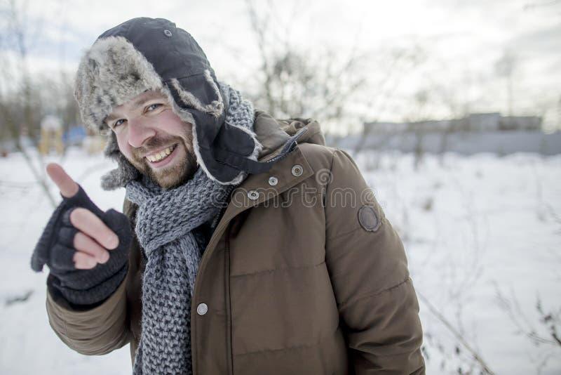 L'homme de sourire montre et explique l'index images libres de droits