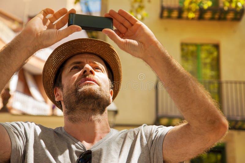 L'homme de touristes prend la photo au téléphone portable - déplacement de vacances d'été photographie stock