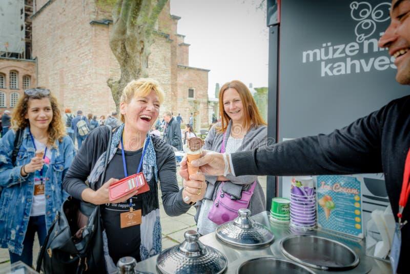 L'homme de vendeur de crème glacée joue la plaisanterie turque avec des touristes image libre de droits
