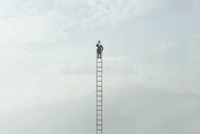 L'homme de voyageur observe la nature avec son regard en haut d'une échelle très haute photo stock
