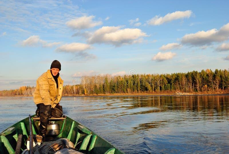 L'homme derrière un bateau motorisé images stock
