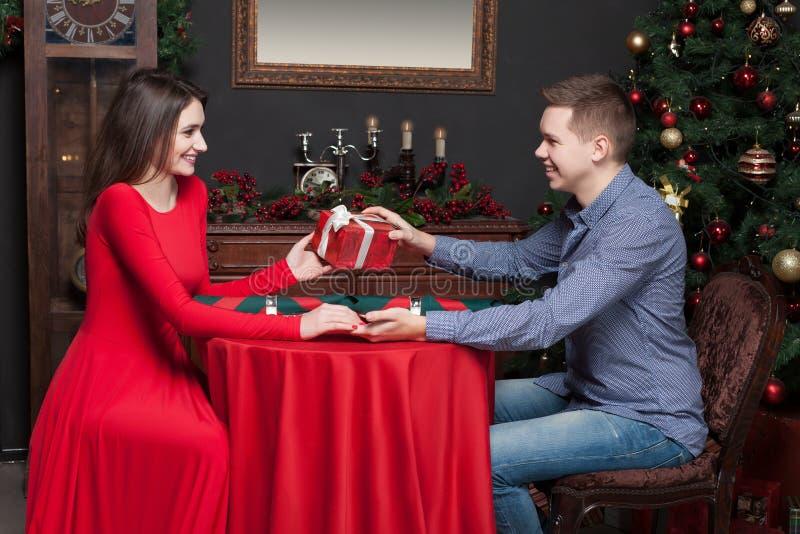 Download L'homme Donne Un Cadeau Attrayant à La Belle Femme Photo stock - Image du proposition, rouge: 87701522