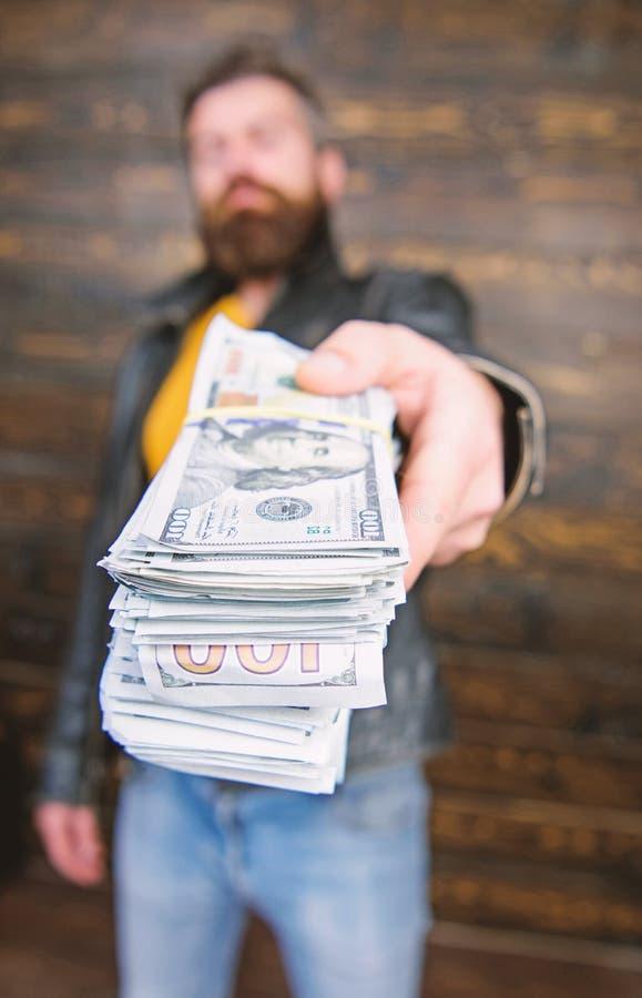 L'homme donnent le paiement illicite d'argent d'argent liquide Richesse et bien-?tre Affaires de Mafia Hippie barbu brutal d'homm images stock