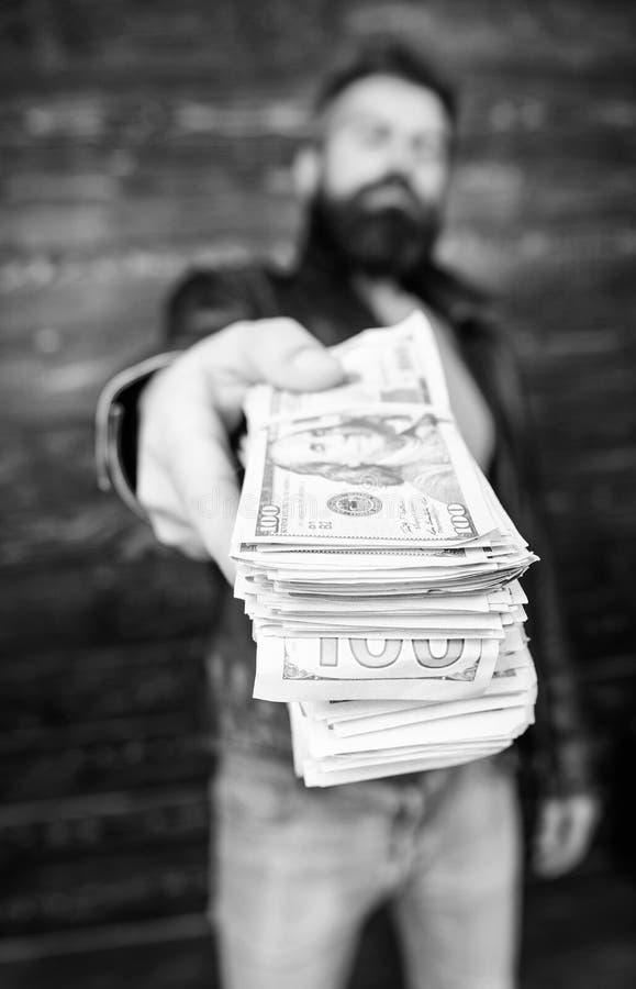 L'homme donnent le paiement illicite d'argent d'argent liquide Richesse et bien-?tre Affaires de Mafia Hippie barbu brutal d'homm photographie stock libre de droits