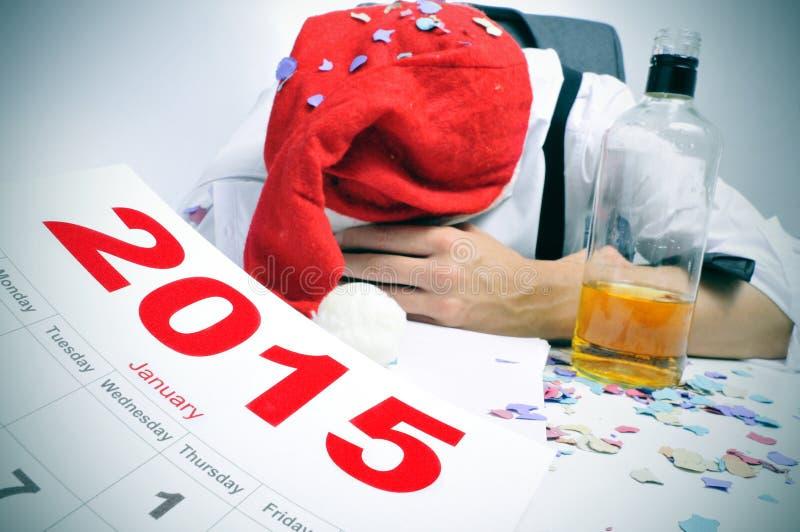 L'homme dormant dans le bureau après de nouvelles années font la fête images stock