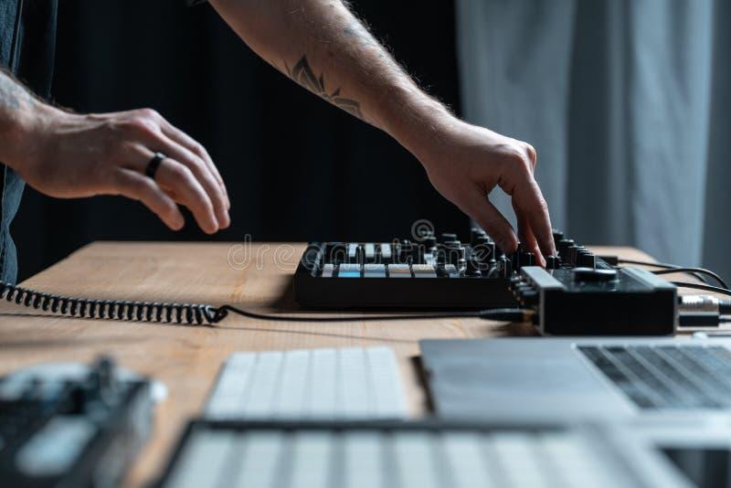 L'homme du DJ crée la musique électronique dans le studio photos libres de droits