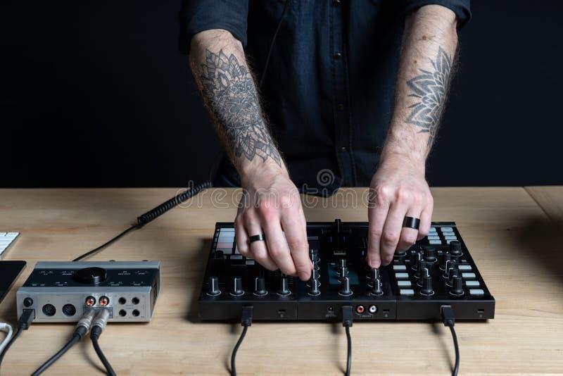 L'homme du DJ cr?e la musique ?lectronique dans le studio photos libres de droits