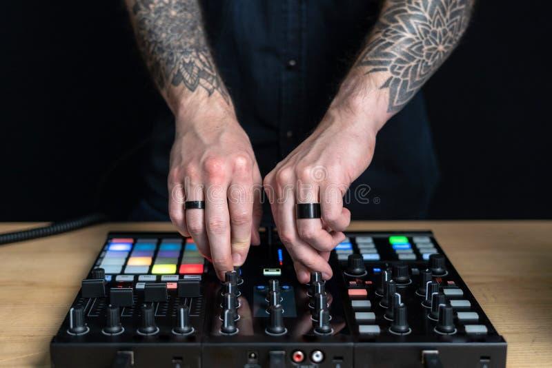 L'homme du DJ cr?e la musique ?lectronique dans le studio photographie stock