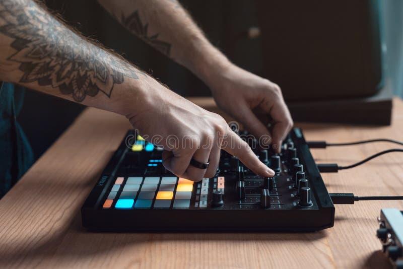 L'homme du DJ cr?e la musique ?lectronique dans le studio image libre de droits