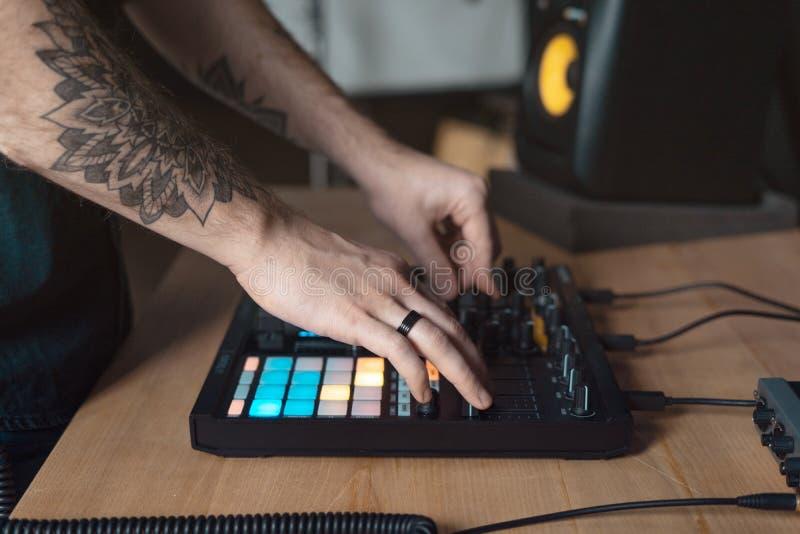 L'homme du DJ cr?e la musique ?lectronique dans le studio photo libre de droits