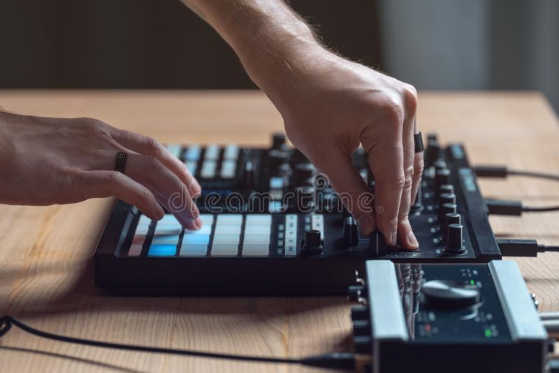 L'homme du DJ cr?e la musique ?lectronique dans le studio photographie stock libre de droits