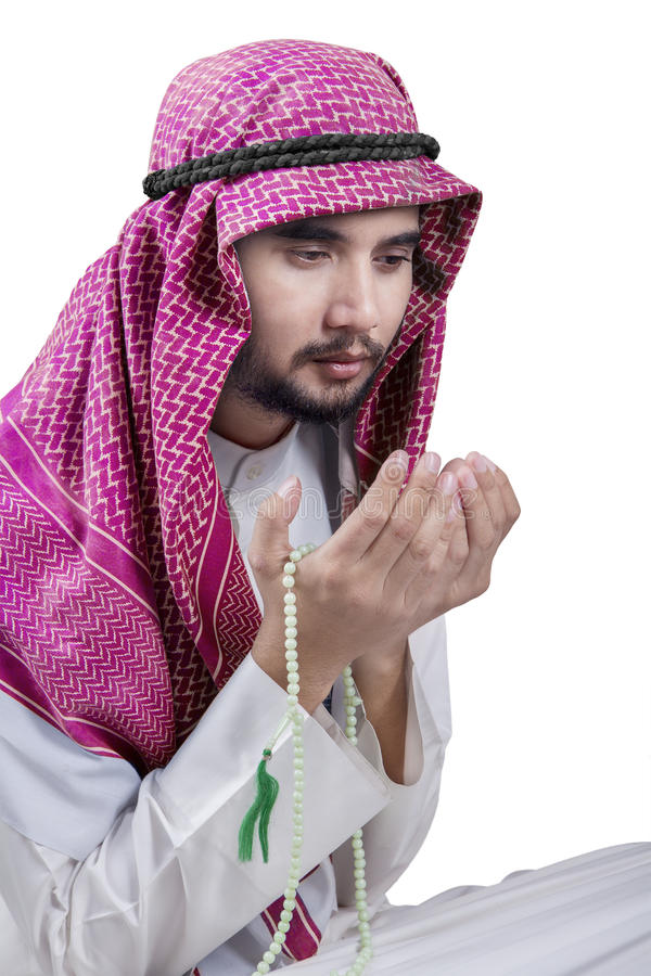 L'homme du Moyen-Orient tient des perles et la prière photos stock
