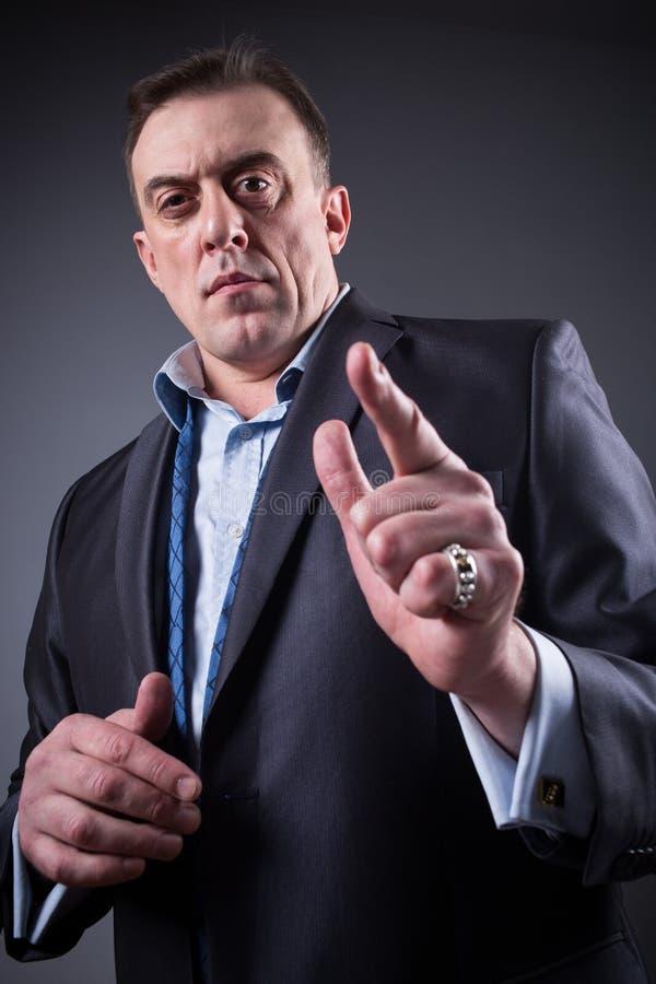 L'homme effrayant montre un doigt, image stock