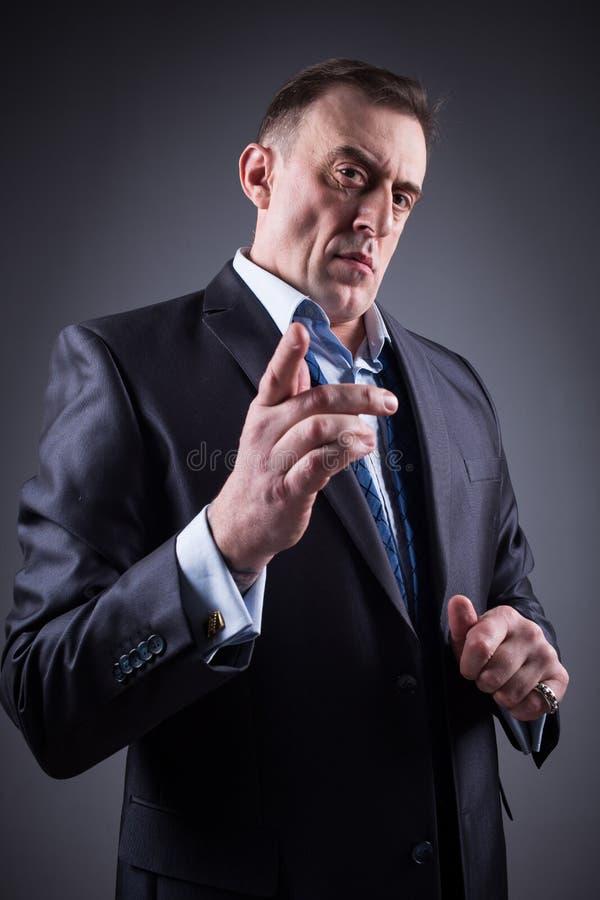 L'homme effrayant montre un doigt, photo libre de droits