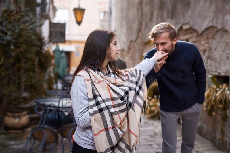 L'homme embrasse la main d'une femme Couples heureux dans l'amour dater dans la ville au jour chaud d'automne photo libre de droits