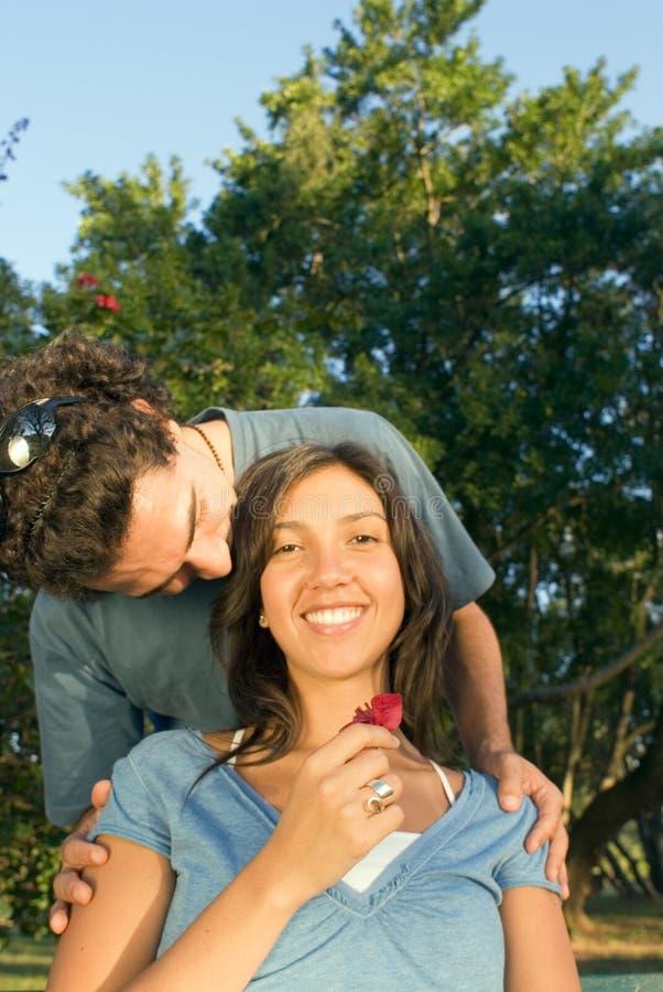 L'homme embrasse le chef d'une femme - verticale images libres de droits