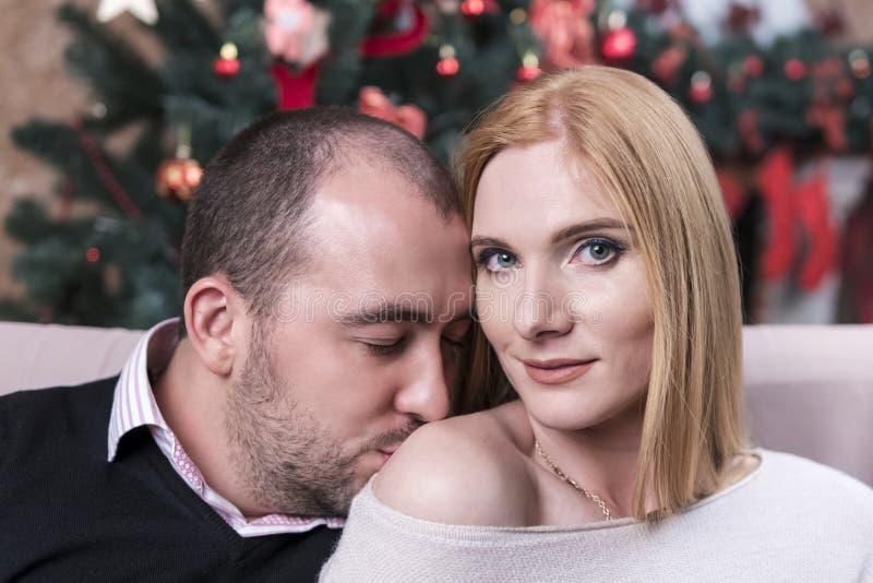 L'homme embrasse une femme dans l'épaule photo stock