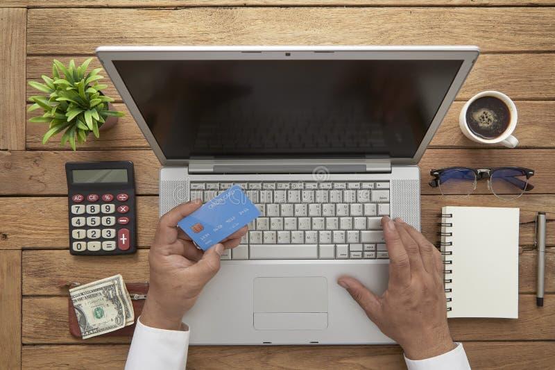 L'homme emploient des cartes de crédit pour payer image stock