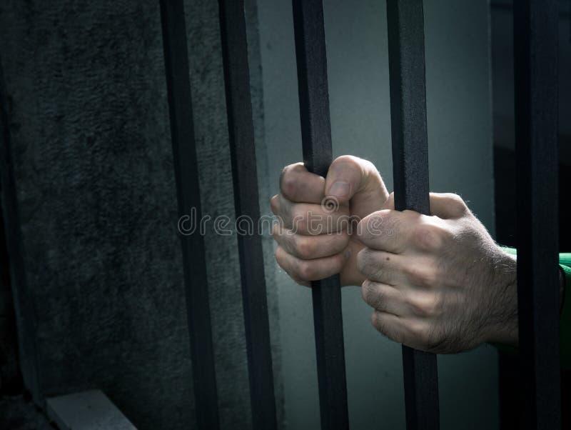 L'homme en prison remet le plan rapproché photo libre de droits