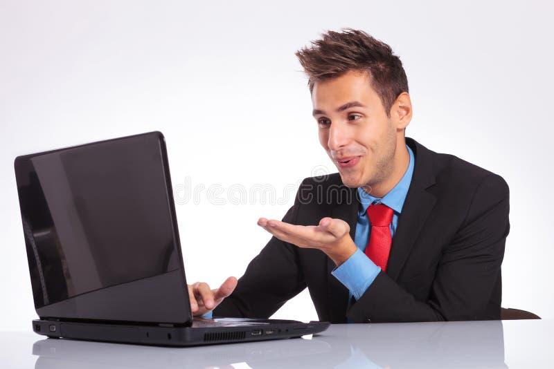 L'homme envoie des baisers par l'ordinateur portable images stock