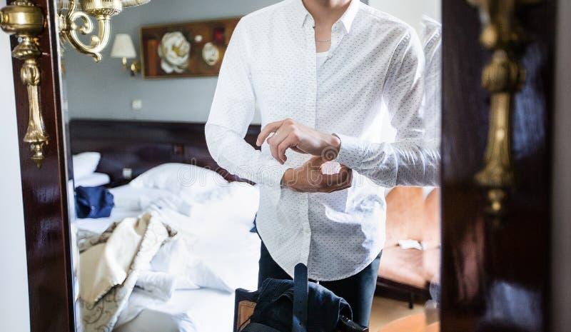 L'homme est chemise de blanc de habillage photos libres de droits