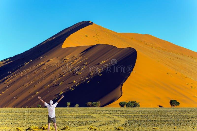 L'homme est enchanté avec la beauté de la nature photo stock