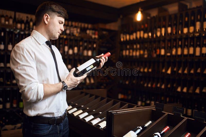 L'homme est formé dans l'échantillon de vin, appareillant le vin avec des nourritures, achat de vin photographie stock libre de droits