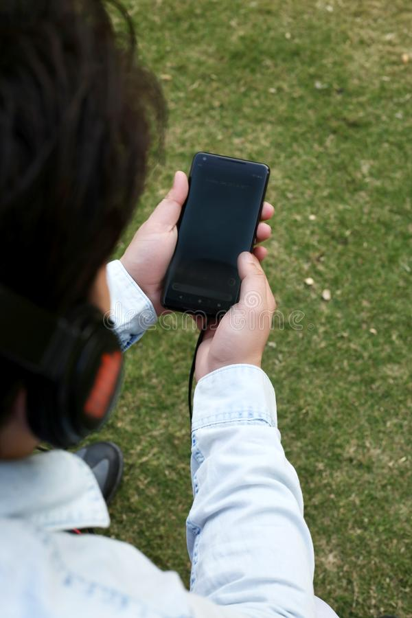 L'homme est musique de écoute avec l'écouteur photographie stock