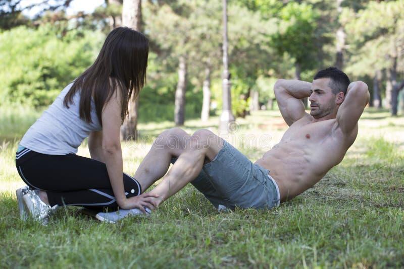 L'homme et la femme aiment beaucoup s'exercer ensemble parce qu'ils sont images stock