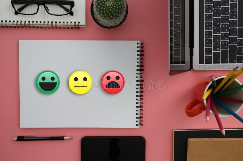 L'homme et la femme d'affaires choisissent heureux sur l'évaluation de satisfaction ? Et bon smiley d'humeur et évaluer image libre de droits