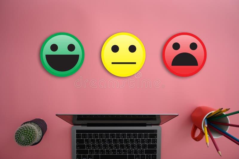 L'homme et la femme d'affaires choisissent heureux sur l'évaluation de satisfaction ? Et bon smiley d'humeur et évaluer photo stock