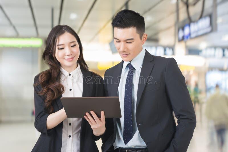 L'homme et la femme d'affaires discutent photos stock