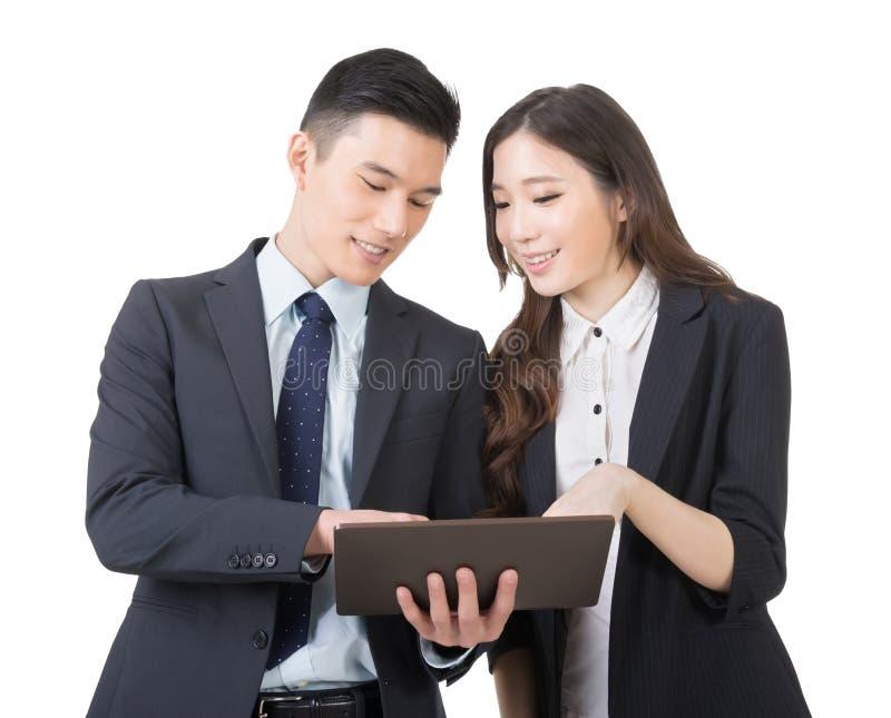 L'homme et la femme d'affaires discutent photographie stock libre de droits