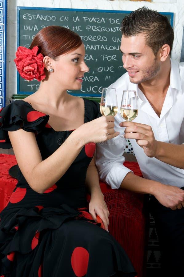 L'homme et la femme dans des robes traditionnelles de flamenco dansent pendant Feria de Abril sur April Spain photo stock