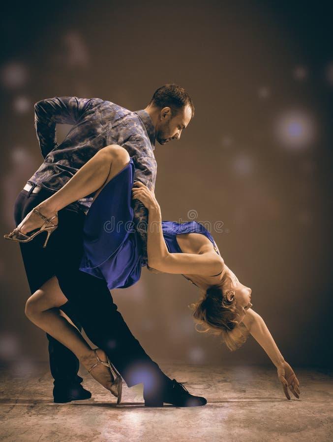 L'homme et la femme dansant le tango argentin photo stock