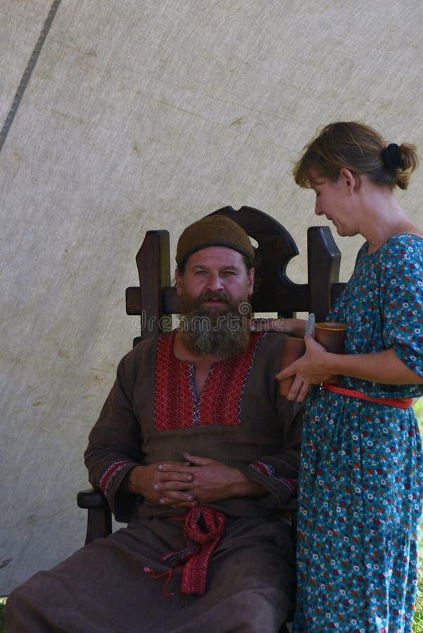 L'homme et la femme de Reenactors chez Borodino luttent la reconstitution historique en Russie photos libres de droits