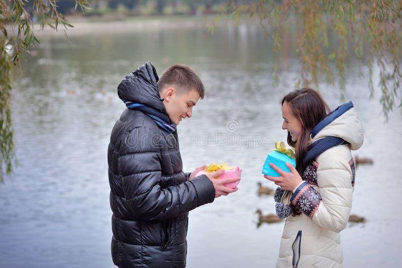 L'homme et la femme donnent un cadeau la Saint-Valentin images libres de droits