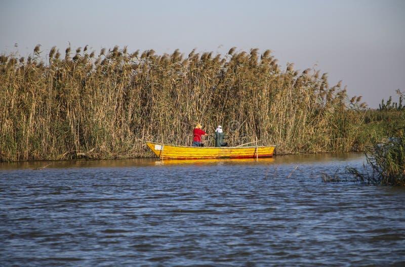 L'homme et la femme pêchent dans une des lagunes du S caspien photographie stock libre de droits