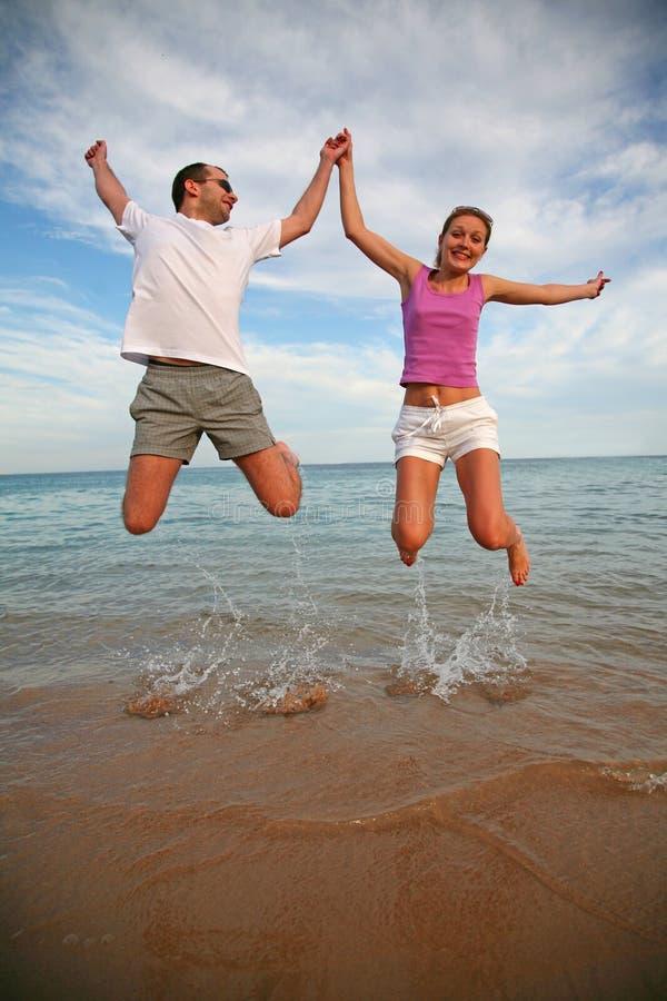 L'homme et la femme sautent image libre de droits